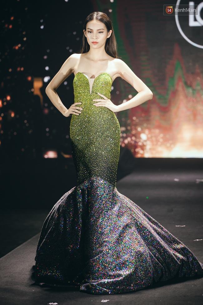 Phí Phương Anh & Chúng Huyền Thanh team Hà Hồ suýt té ngã trên sàn catwalk - Ảnh 3.