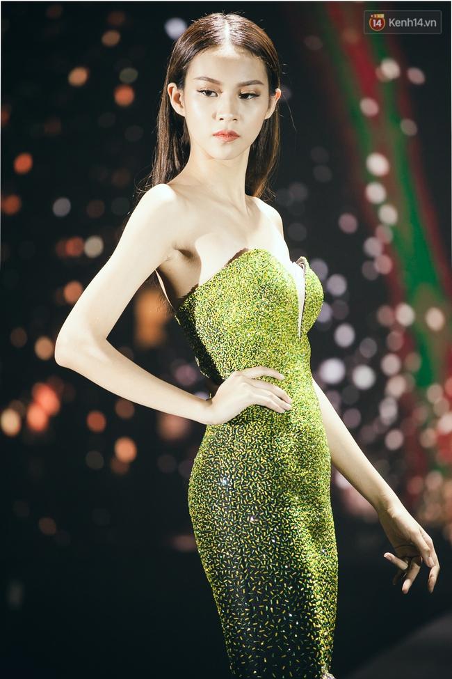 Phí Phương Anh & Chúng Huyền Thanh team Hà Hồ suýt té ngã trên sàn catwalk - Ảnh 4.