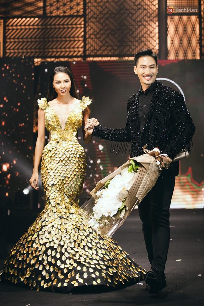 Phí Phương Anh & Chúng Huyền Thanh team Hà Hồ suýt té ngã trên sàn catwalk - Ảnh 15.