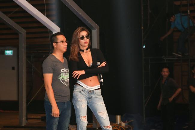 Minh Tú diện quần tụt lộ hẳn underwear, chỉ đạo Phí Phương Anh tập catwalk - Ảnh 1.