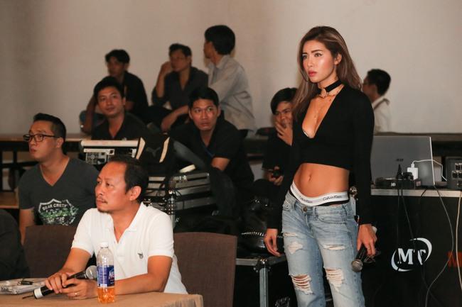 Minh Tú diện quần tụt lộ hẳn underwear, chỉ đạo Phí Phương Anh tập catwalk - Ảnh 4.