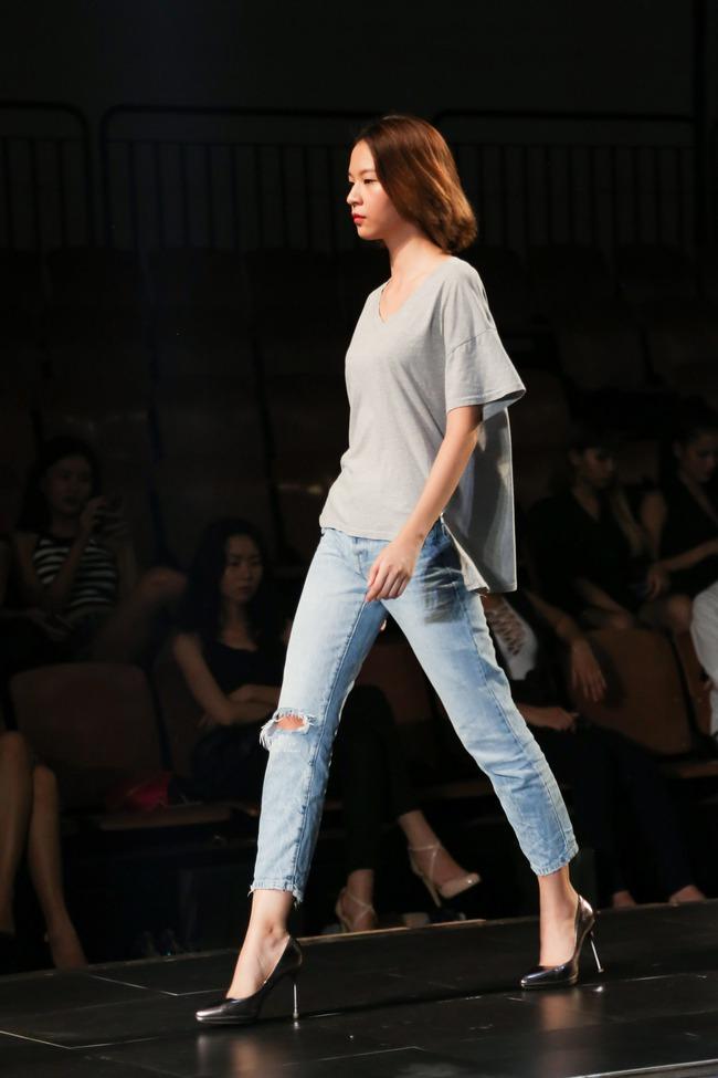 Minh Tú diện quần tụt lộ hẳn underwear, chỉ đạo Phí Phương Anh tập catwalk - Ảnh 6.