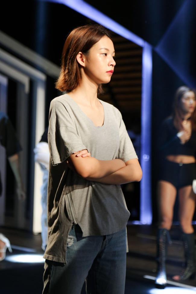 Minh Tú diện quần tụt lộ hẳn underwear, chỉ đạo Phí Phương Anh tập catwalk - Ảnh 7.