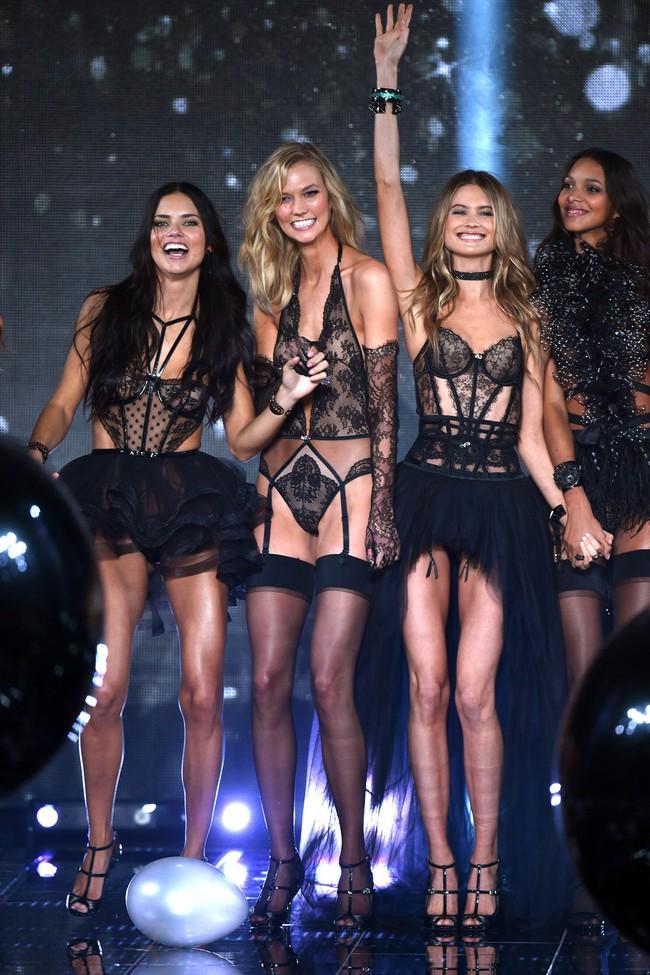 Victorias Secret Show gần kề, Karlie Kloss và Behati Prinsloo lại khiến fan chưng hửng - Ảnh 1.