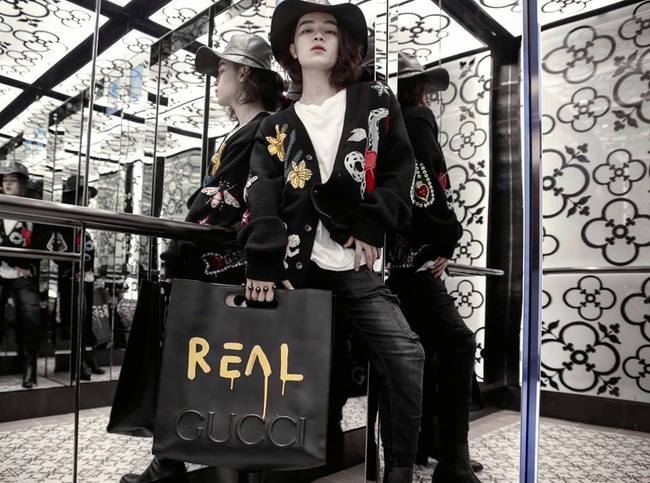 Kelbin Lei chi đến hơn 260 triệu đồng để dự Singapore Fashion Week , đụng túi hiệu với Hồ Ngọc Hà - Ảnh 1.