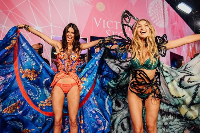 Victorias Secret Show năm nay sẽ tiến công đến Paris, hé lộ thiết kế mới toanh! - Ảnh 1.