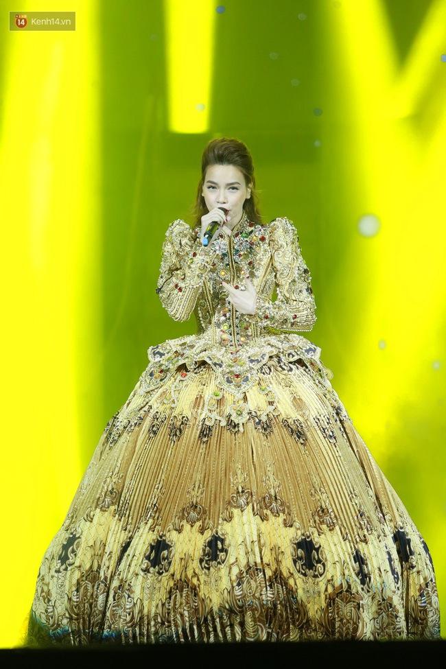 Không chỉ đốn tim với Love Songs, Hà Hồ còn chứng tỏ bản lĩnh của Nữ hoàng thời trang sân khấu - Ảnh 1.