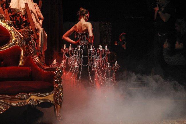 Chiếc đầm già như mợ của Ngọc Trinh bị nghi lấy cảm hứng từ Moschino - Ảnh 4.