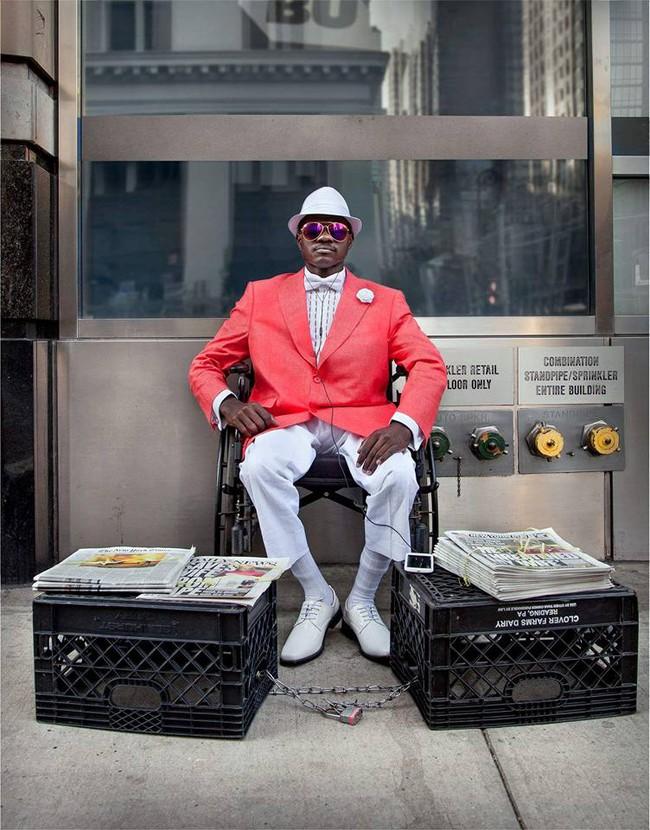 Người bán báo này sẽ khiến bạn tin rằng, thời trang chẳng phải điều xa vời với ai - Ảnh 2.