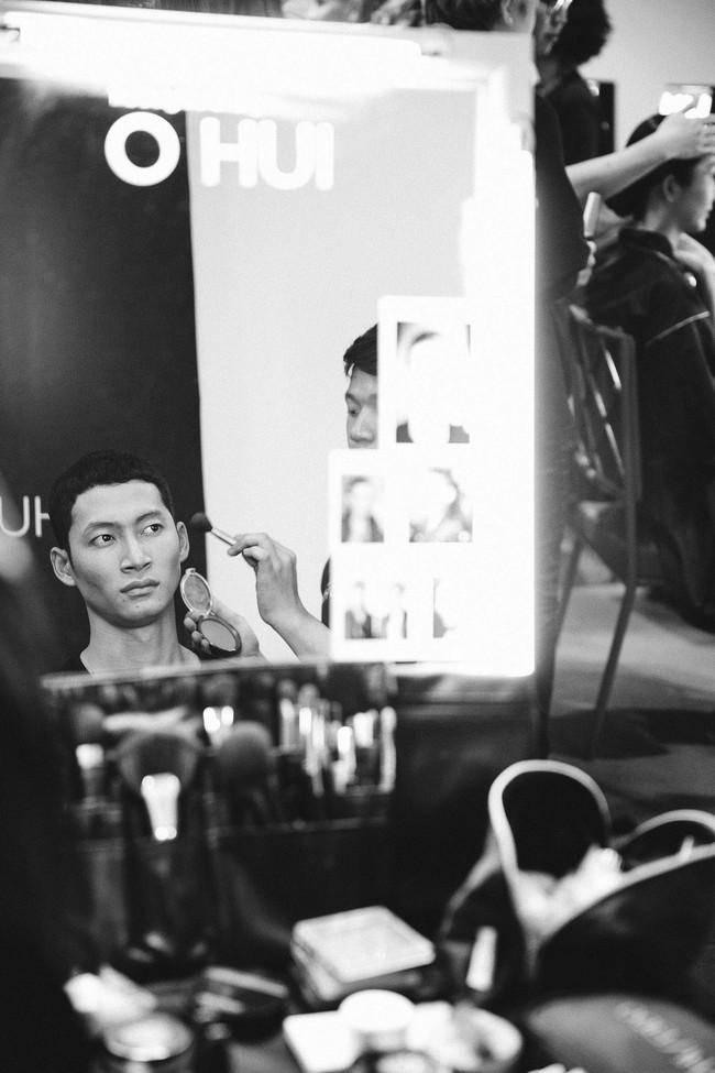 Lạc vào miền đất thời trang tuyệt mỹ của hậu trường Vietnam International Fashion Week - Ảnh 10.