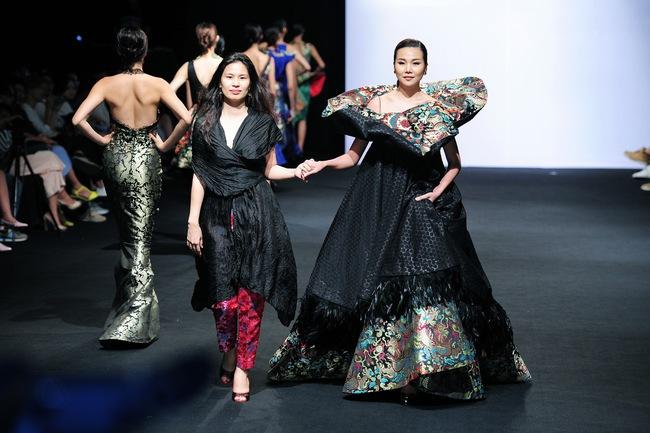 Thanh Hằng: Nữ hoàng chưa người thay thế trên sàn catwalk Việt - Ảnh 16.
