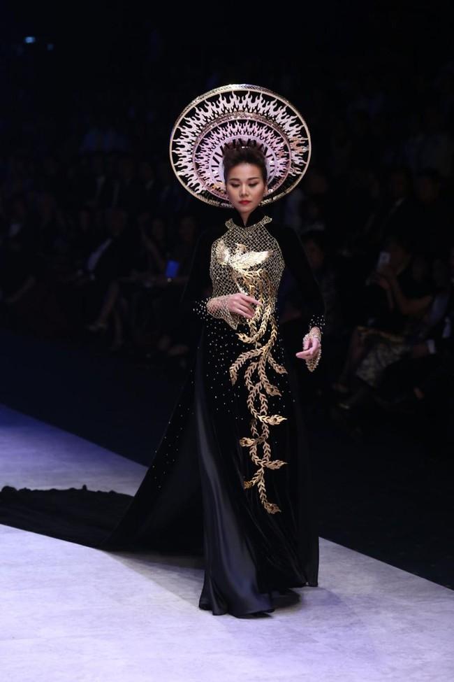 Thanh Hằng: Nữ hoàng chưa người thay thế trên sàn catwalk Việt - Ảnh 19.