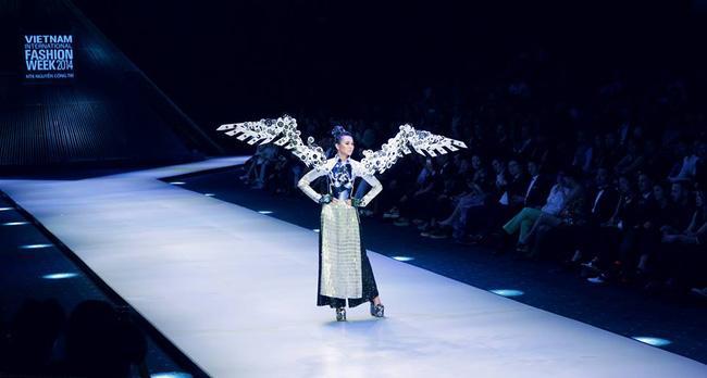 Thanh Hằng: Nữ hoàng chưa người thay thế trên sàn catwalk Việt - Ảnh 4.