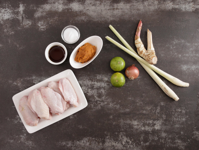 Ai mê món Thái thì nhào vào làm ngay cánh gà nướng vị Tom Yum - Ảnh 1.