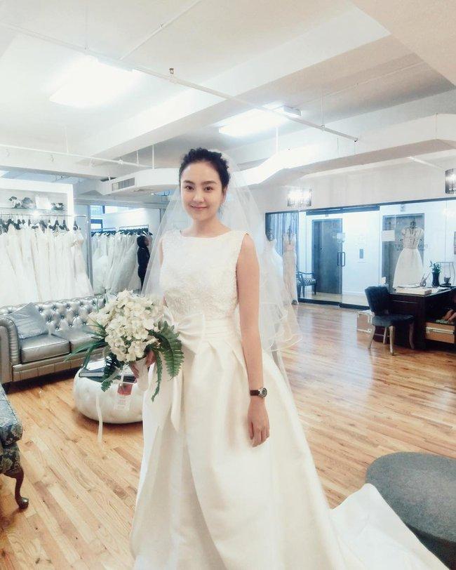 Ngắm trọn bộ 7 chiếc váy cưới, 4 bộ áo dài cùng loạt phụ kiện xa xỉ của cô gái thời tiết Mai Ngọc - Ảnh 1.