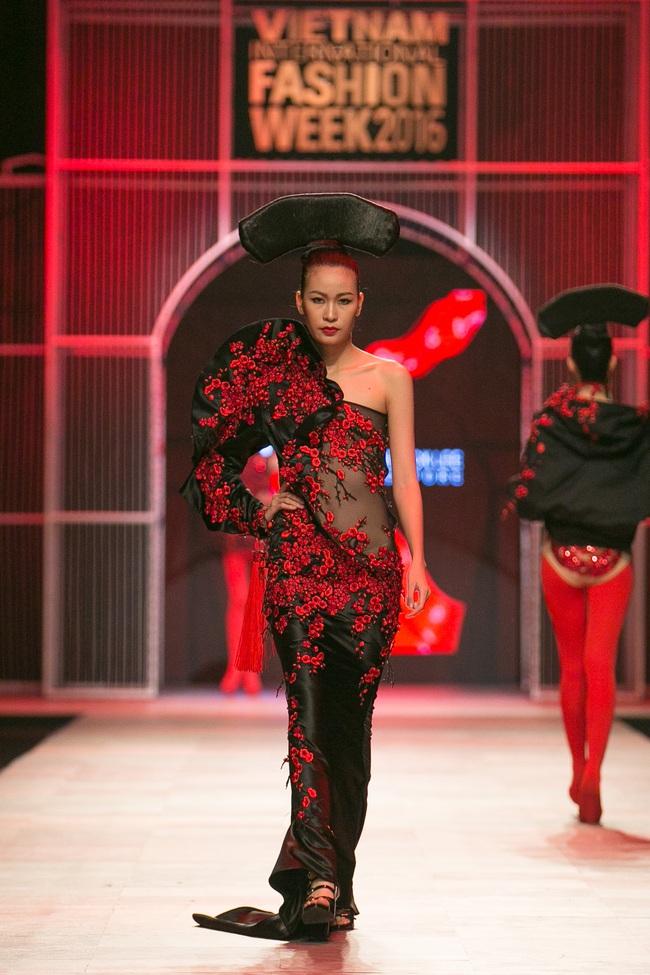 Hoa khôi Nam Em mở màn Tinh khôi - BST cuối cùng của Vietnam International Fashion Week - Ảnh 31.