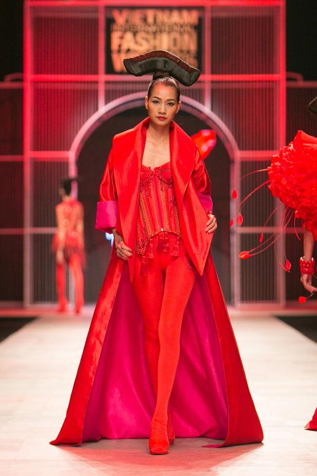 Hoa khôi Nam Em mở màn Tinh khôi - BST cuối cùng của Vietnam International Fashion Week - Ảnh 24.