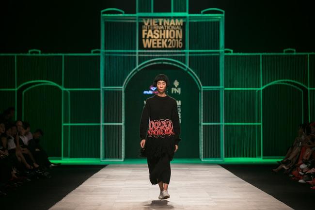 Hoa khôi Nam Em mở màn Tinh khôi - BST cuối cùng của Vietnam International Fashion Week - Ảnh 35.