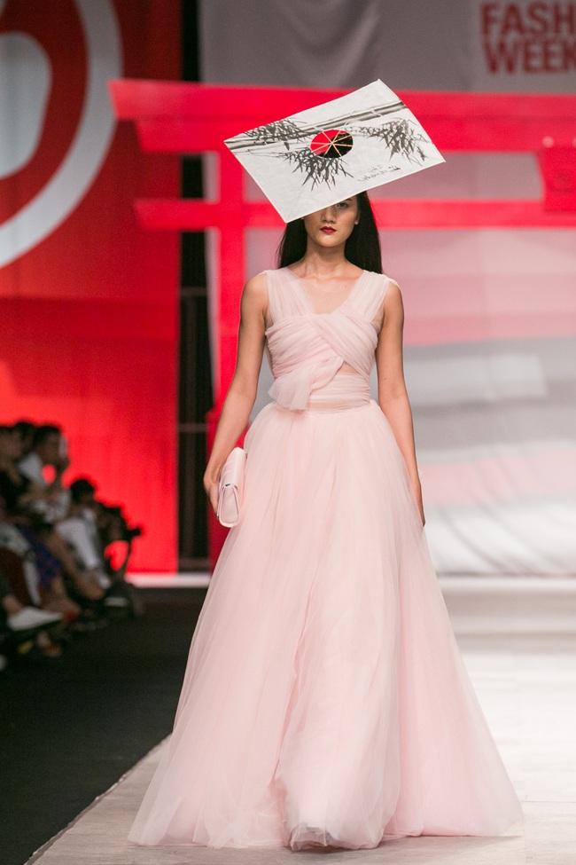 Hoa khôi Nam Em mở màn Tinh khôi - BST cuối cùng của Vietnam International Fashion Week - Ảnh 16.