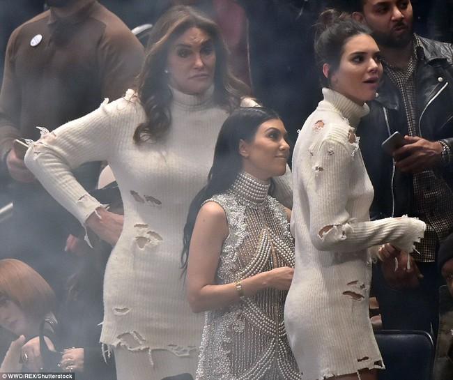 Cuối cùng, vợ chồng nhà Kim cũng nhân bản thành công mốt áo rách như... ăn mày - Ảnh 7.