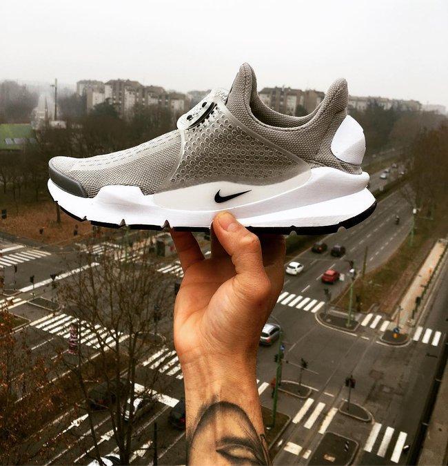 Vì sao những đôi sneaker sock-like lại đắt xắt ra miếng? - Ảnh 1.