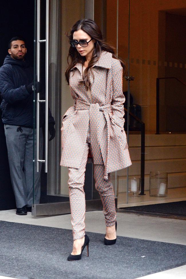 Không thể tin cũng có ngày bà Beck diện legging cùng sneaker giản dị thế này ra phố - Ảnh 1.