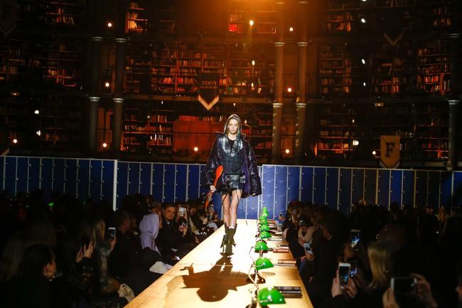Cara Delevingne phấn khích quá, phải đứng dậy vỗ tay ngay cho BST gái hư của Rihanna - Ảnh 6.