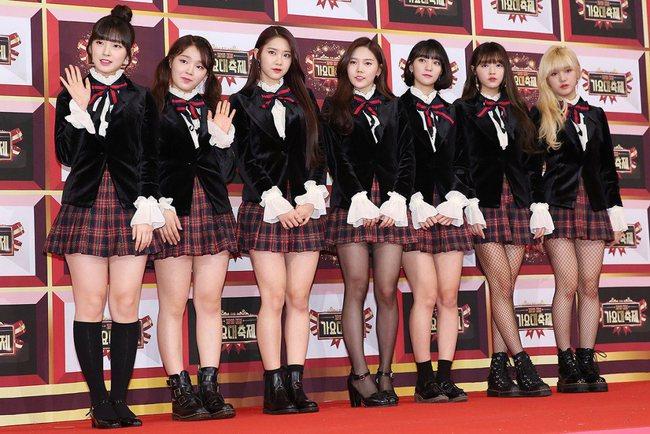 Oh My Girl bị tố đạo cả trang phục lẫn phụ kiện hàng hiệu của Jennie Kim - Ảnh 1.