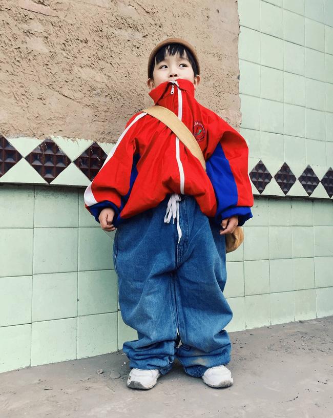 Cậu nhóc 4 tuổi chuyên lấy quần áo của bố diện thành đồ phong cách retro siêu độc đáo - Ảnh 1.