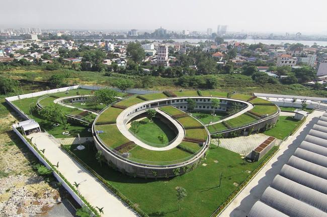 Không cần đi đâu xa xôi, Việt Nam cũng có rất nhiều ngôi trường với kiến trúc siêu ấn tượng! - Ảnh 15.