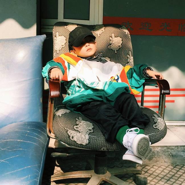 Cậu nhóc 4 tuổi chuyên lấy quần áo của bố diện thành đồ phong cách retro siêu độc đáo - Ảnh 2.