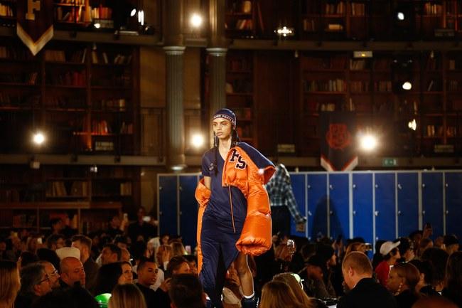 Cara Delevingne phấn khích quá, phải đứng dậy vỗ tay ngay cho BST gái hư của Rihanna - Ảnh 11.