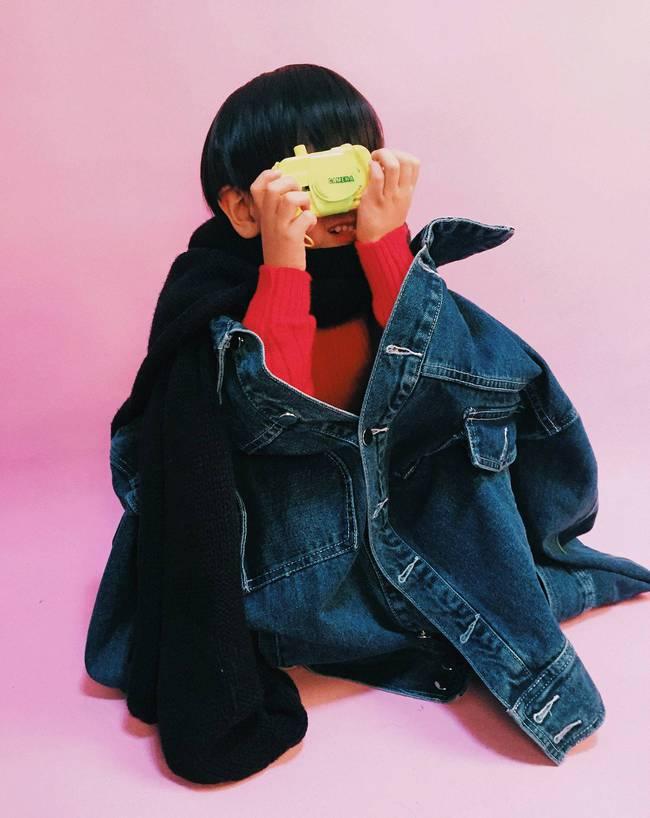 Cậu nhóc 4 tuổi chuyên lấy quần áo của bố diện thành đồ phong cách retro siêu độc đáo - Ảnh 5.