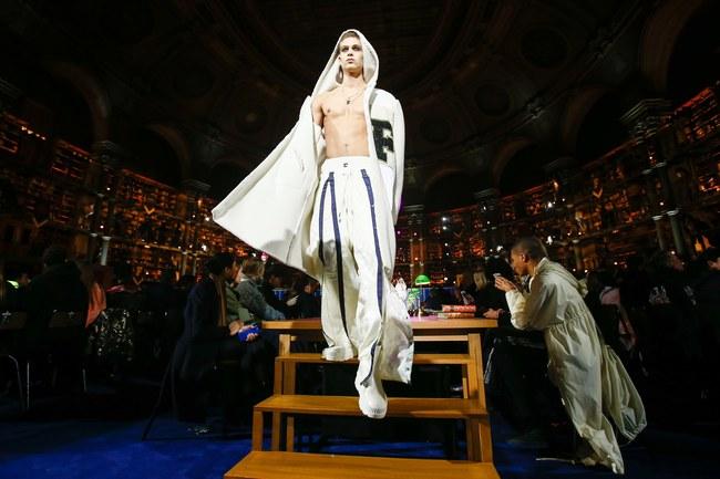 Cara Delevingne phấn khích quá, phải đứng dậy vỗ tay ngay cho BST gái hư của Rihanna - Ảnh 18.