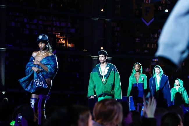Cara Delevingne phấn khích quá, phải đứng dậy vỗ tay ngay cho BST gái hư của Rihanna - Ảnh 19.