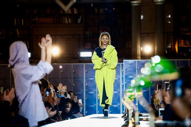 Cara Delevingne phấn khích quá, phải đứng dậy vỗ tay ngay cho BST gái hư của Rihanna - Ảnh 23.
