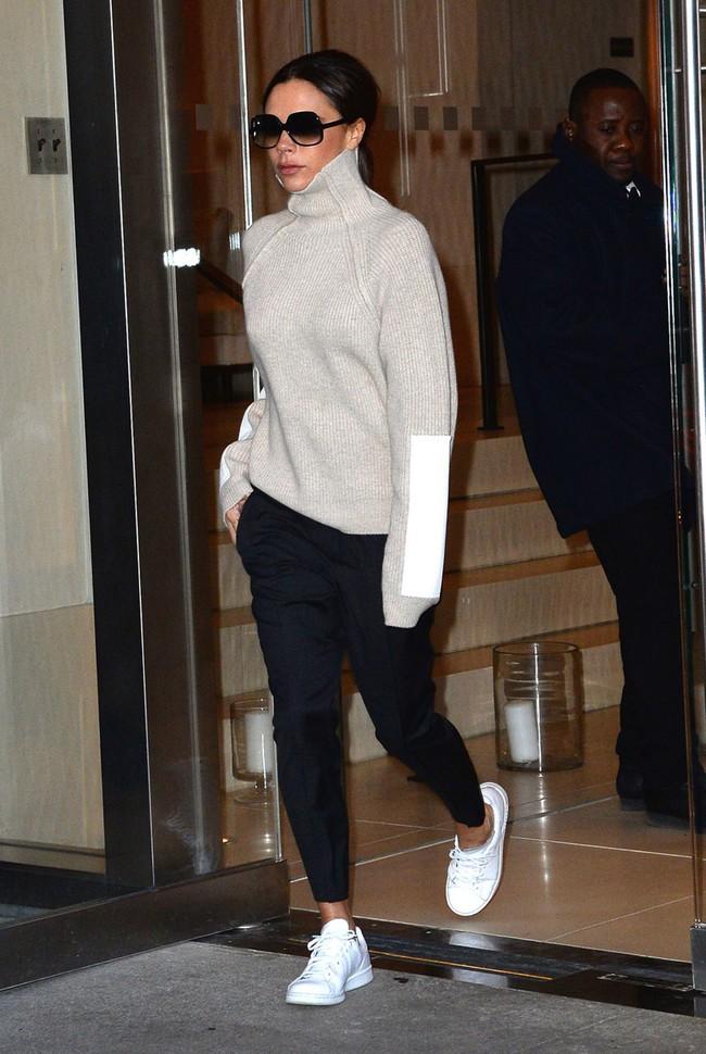 Không thể tin cũng có ngày bà Beck diện legging cùng sneaker giản dị thế này ra phố - Ảnh 2.