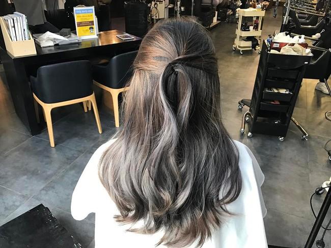 Màu tóc bà ngoại xám bạc xưa rồi, 2017 là phải nhuộm tóc màu nâu sương mù kia! - Ảnh 4.