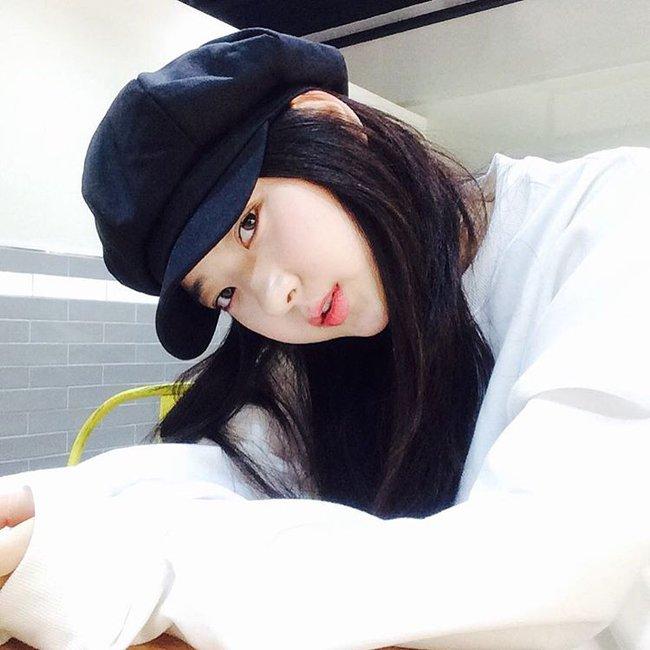 Chán diện mũ nồi, giới trẻ Hàn chuyển sang mê mệt chiếc mũ tưởng quê kiểng mà lại cực cá tính này - Ảnh 1.