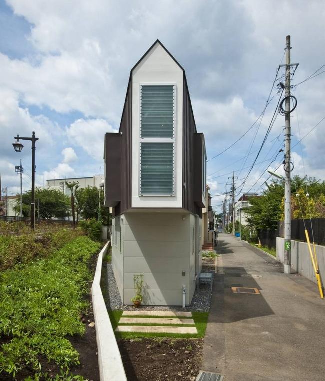 Căn nhà Nhật Bản nhìn thì nhỏ hẹp vậy thôi, nhưng khi bước vào trong bạn sẽ phải bất ngờ - Ảnh 1.