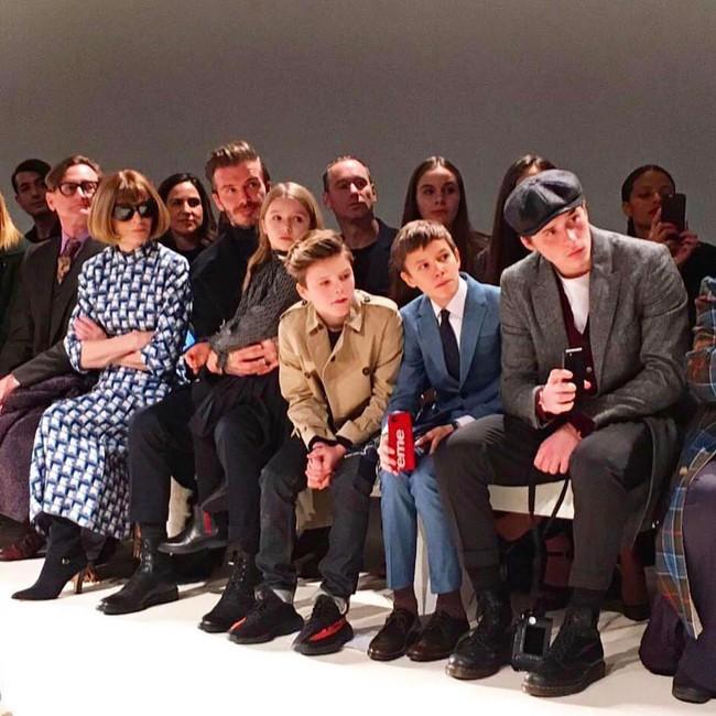 Beckham cùng các con nổi bật trên hàng ghế đầu show của Vic, xứng danh gia đình sành điệu nhất Hollywood - Ảnh 3.