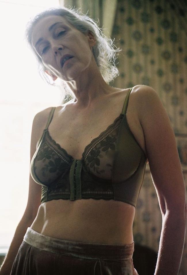 Xem chùm ảnh quảng cáo nội y của người mẫu U60 này, hẳn nàng nào cũng ước mình về già cũng được sexy như vậy - Ảnh 2.