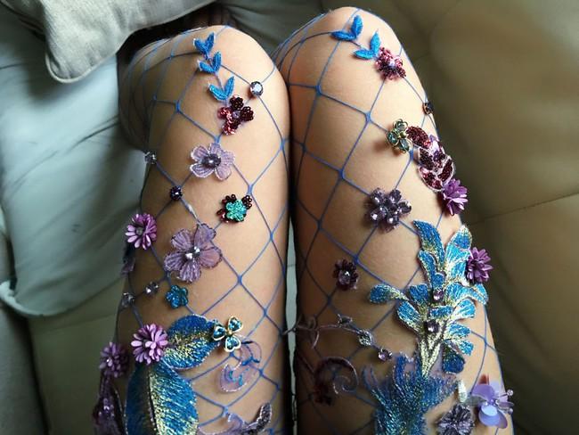 Bạn sẽ muốn ôm phản lao ra biển khi đi những đôi tất lưới phong cách nàng tiên cá này - Ảnh 1.