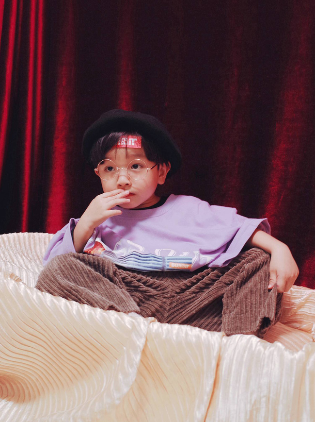 Cậu nhóc 4 tuổi chuyên lấy quần áo của bố diện thành đồ phong cách retro siêu độc đáo - Ảnh 11.