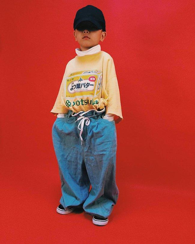 Cậu nhóc 4 tuổi chuyên lấy quần áo của bố diện thành đồ phong cách retro siêu độc đáo - Ảnh 14.