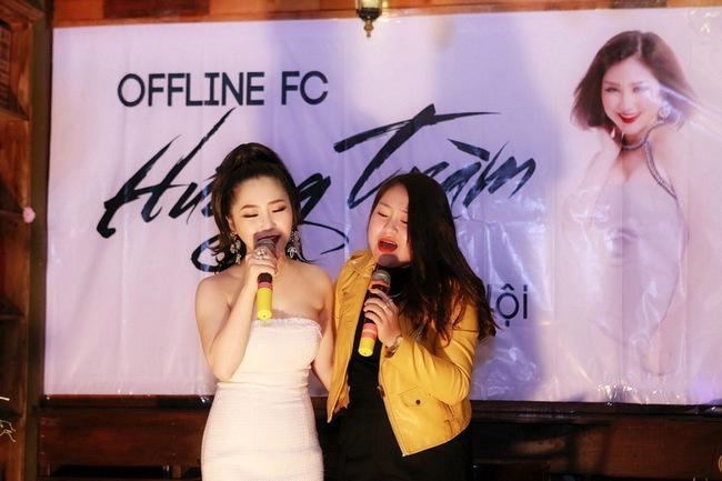 Hương Tràm liên tục được fan Hà Nội ôm hôn trong buổi offline - Ảnh 8.