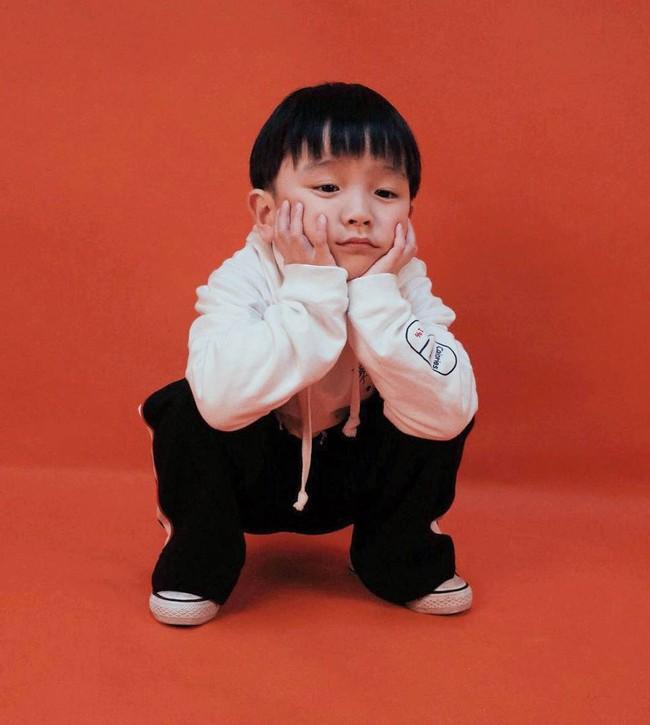 Cậu nhóc 4 tuổi chuyên lấy quần áo của bố diện thành đồ phong cách retro siêu độc đáo - Ảnh 22.