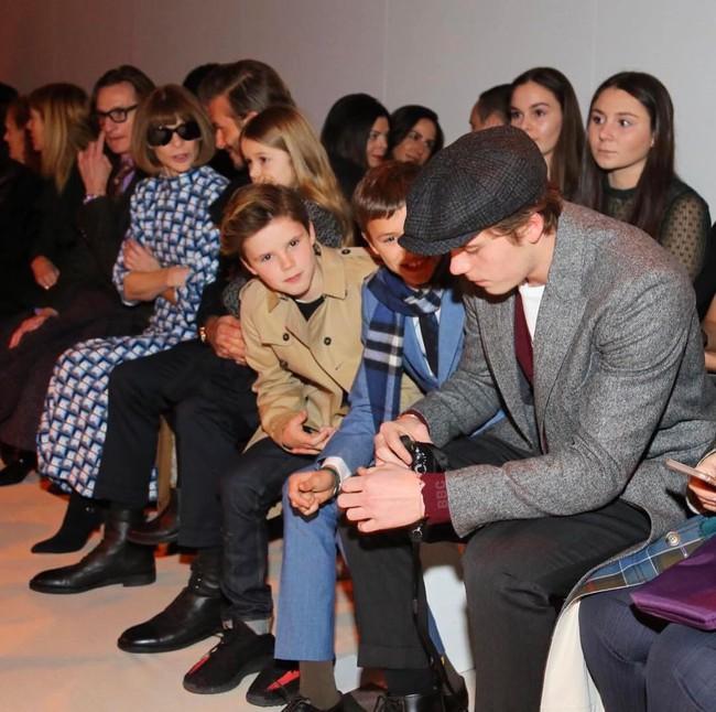 Beckham cùng các con nổi bật trên hàng ghế đầu show của Vic, xứng danh gia đình sành điệu nhất Hollywood - Ảnh 5.