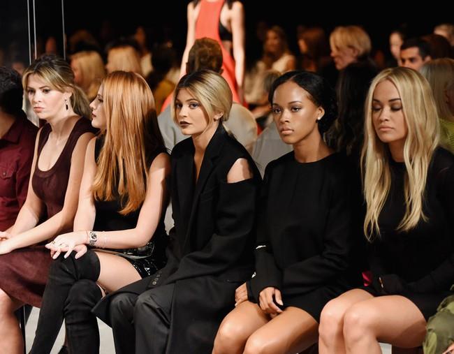 Đây là lý do Kendall Jenner không bao giờ nhìn khán giả khi trình diễn - Ảnh 2.
