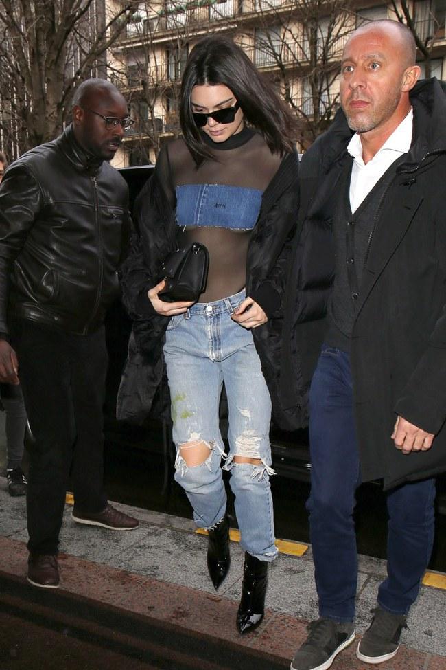 Diện đồ trong suốt giữa trời 10 độ C, Kendall Jenner vô tình đụng hàng Selena Gomez từ gần 1 năm trước - Ảnh 2.